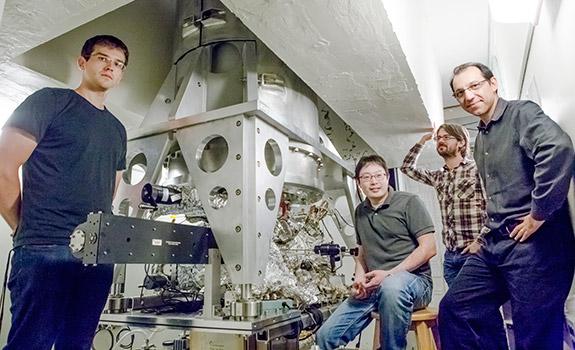 Οι φυσικοί του πανεπιστημίου Princeton (από αριστερά ο μεταπτυχιακός φοιτητής Ilya Drozdov, ο μεταδιδακτορικός ερευνητής Sangjun Jeon, και οι καθηγητές B. Andrei Bernevig και Ali Yazdani) ποζάρουν μπροστά στο ισχυρότατο μικροσκόπιο σάρωσης με το οποίο