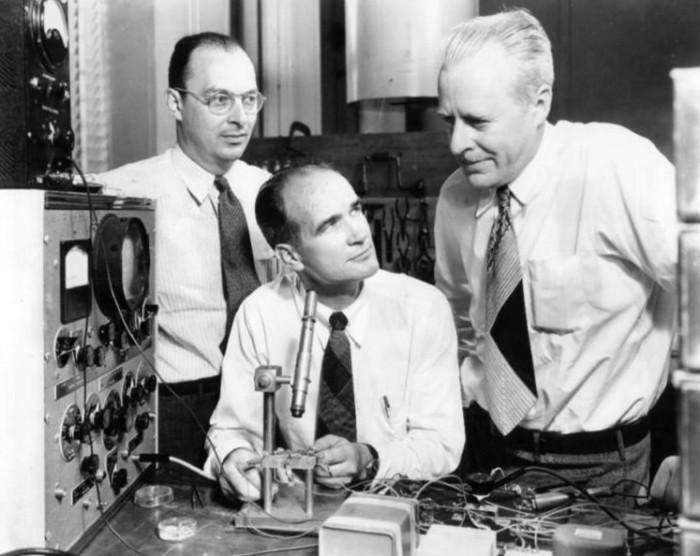 Οι εφευρέτες του τρανζίστορ:  John Bardeen, William Shockley και Walter Brattain στα εργαστήρια Bells, το 1948