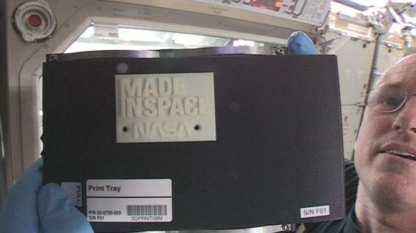 """O επικεφαλής του Διεθνούς Διαστημικού Σταθμού Barry """"Butch"""" Wilmore επιδεικνύει το πρώτο τρισδιάστατα εκτυπωμένο αντικείμενο στο διάστημα"""