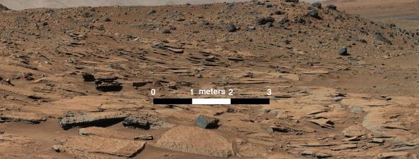 Η πανοραμική εικόνα της περιοχής γύρω από το όρος Sharp στον πλανήτη Άρη - μια σύνθεση φωτογραφιών που έβγαλε το ρομποτικό όχημα Curiosity. Η διάταξη των στρωμάτων ψαμμίτη οδηγεί τους επιστήμονες να συμπεράνουν ότι εκεί υπήρχε ποταμός.