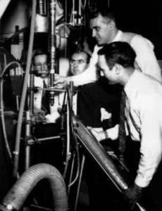 Η πειραματική διάταξη που χρησιμοποιήθηκε για την απόδειξη της μη διατήρηση της ομοτιμίας στην διάσπαση β. Φαίνονται οι φυσικοί  Ernest Ambler. Raymond W. Hayward, Dale D. Hoppes, και Ralph P. Hudson. Από την φωτογραφία λείπει η Chien-Shiung Wu.