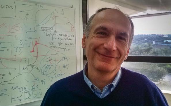Ο Δημήτριος Βλασσόπουλος, καθηγητής στο Πανεπιστήμιο Κρήτης και το Ιδρυμα Τεχνολογίας και Ερευνας, απέσπασε πρόσφατα το βραβείο Weissenberg της Ευρωπαϊκής Ενωσης Ρεολογίας για το 2015.