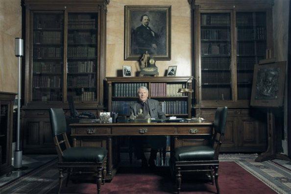 Ο Δημήτρης Νανόπουλος στο γραφείο του στην Ακαδημία Αθηνών ( Πηγή: Ανδρέας Σιμόπουλος)