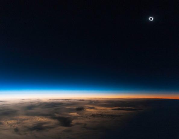 Η έκλειψη από ύψος 14,000 μέτρων πάνω από τη Γη (Credit and copyright: Guillaume Cannat)