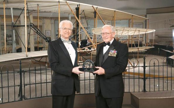 Ο Σταμάτης Κριμιζής (αριστερά) παραλαμβάνει το φετινό βραβείο του Smithsonian National Air and Space Museum για την εφ' όρου ζωής προσφορά του στην επιστήμη.
