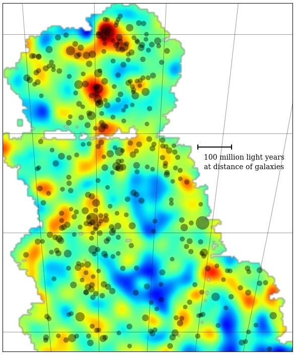 Μια λεπτομερής περιγραφή της κατανομής σκοτεινής ύλης σε μια μεγάλη περιοχή του ουρανού. Η χρωματική κατανομή αντιπροσωπεύει την πυκνότητα μάζας: οι περιοχές με κίτρινο και κόκκινο χρώμα έχουν μεγαλύτερη πυκνότητα μάζας, ενώ οι πράσινες και μπλε περιοχές μικρότερη. Τα σμήνη γαλαξιών φαίνονται ως γκρι κύκλοι.