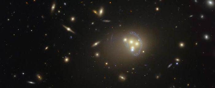 Εικόνα γαλαξιακού σμήνους Abell 3827 από το διαστημικό τηλεσκόπιο Hubble