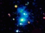 Ένα σπάνιο εύρημα: η περιοχή που περιλαμβάνει το κουαρτέτο των κβάζαρ. Τα κβάζαρ βρίσκονται σε ένα νεφέλωμα με εύρος ένα εκατομμύρια έτη φωτός, που στην εικόνα φαίνεται με μπλε χρώμα. Το σύστημα αυτό απέχει 10 δισεκατομμύρια έτη φωτός από τη Γη