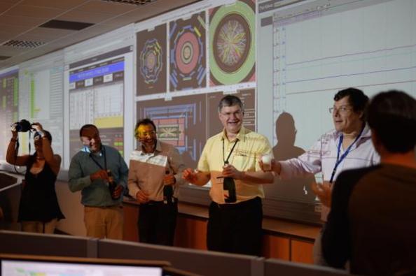 Η ερευνητική ομάδα του πειράματος ATLAS ανοίγει σαμπάνιες!