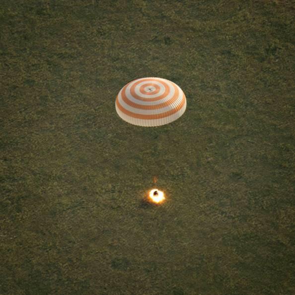 Η διαστημική κάψουλα Soyuz TMA-15M προσγειώνεται στο Καζακστάν. Μετέφερε στη Γη τους αστροναύτες του Διεθνούς Διαστημικού Σταθμού commander Terry Virts of NASA, cosmonaut Anton Shkaplerov of the Russian Federal Space Agency (Roscosmos), and Italian astronaut Samantha Cristoforetti from European Space Agency (ESA) near the town of Zhezkazgan, Kazakhstan on Thursday, June 11, 2015. Virtz, Shkaplerov, and Cristoforetti are returning after more than six months onboard the International Space Station where they served as members of the Expedition 42 and 43 crews. Photo Credit: (NASA/Bill Ingalls)