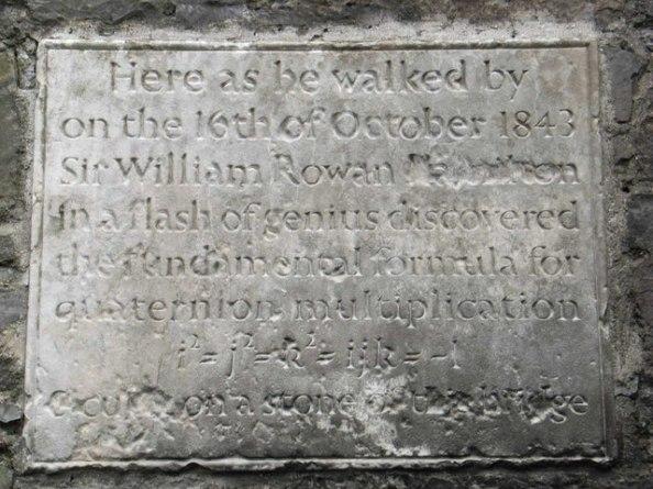Στις 16 Οκτωβρίου 1843 ο Hamilton και η σύζυγός του περπατούσαν στη γέφυρα Broom. Εκεί συνέλαβε τον τρόπο με τον οποίο γίνεται ο πολλαπλασιασμός των διατεταγμένων τετράδων