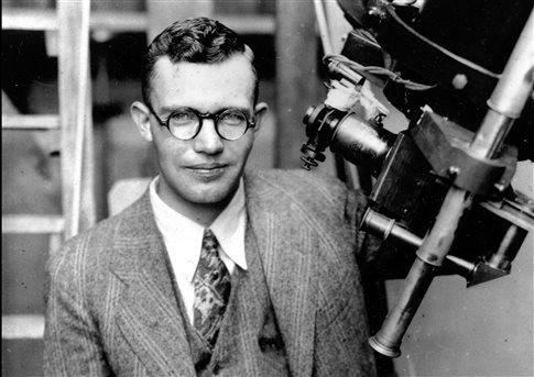 O νεαρός Κλάιντ Τόμπω δίπλα στο τηλεσκόπιο με το οποίο ανακάλυψε τον Πλούτωνα το 1930   (Φωτογραφία:  Associated Press )
