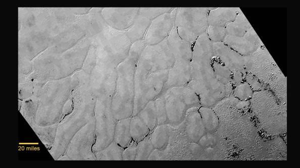 Παγωμένη πεδιάδα στην καρδιά της καρδιάς του Πλούτωνα χωρίς κρατήρες. Η ηλικία της υπολογίζεται  περίπου 100 εκατομμύρια χρόνια.