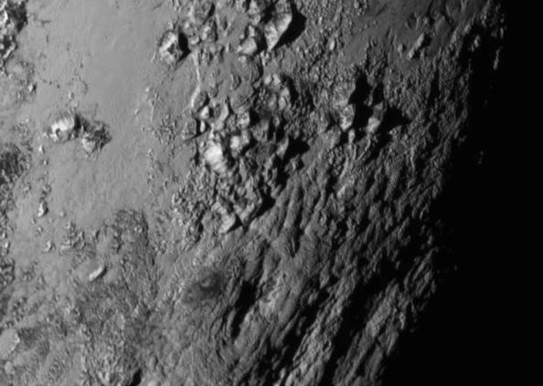 Oροσειρές στον Πλούτωνα. 'Εχουν ύψος 3 - 4 χιλιοόμετρα, σαν τα τα Βραχώδη Όρη, και μήκος αρκετές εκατοντάδες χιλιόμετρα. Ο πάγος των βουνών  είναι κυρίως νερό, και σε πολύ μικρότερο ποσοστό μεθάνιο και άζωτο.   Δεν εμφανίζονται κρατήρες από συγκρούσεις μετεωριτών, πράγμα που σημαίνει ότι  η επιφάνεια του Πλούτωνα εξομαλύνθηκε πρόσφατα από κάποια γεωλογική διεργασία.