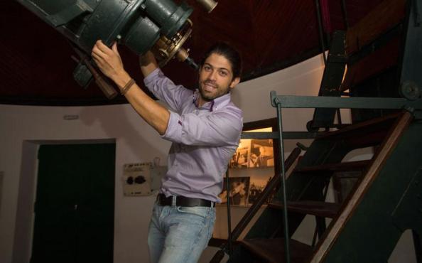 Ο αστροφυσικός Δημήτρης Τσιμπίδας χειρίζεται το τηλεσκόπιο Δωρίδη στο Εθνικό Αστεροσκοπείο, στο εσωτερικό του κτιρίου του Χάνσεν, στο Θησείο, το οποίο γίνεται σιγά σιγά γνωστό και στο εξωσχολικό κοινό χάρις σε ειδικά προγράμματα ξεναγήσεων που πραγματοποιούνται τα τελευταία χρόνια, σε μια προσπάθεια εξωστρέφειας του φορέα.