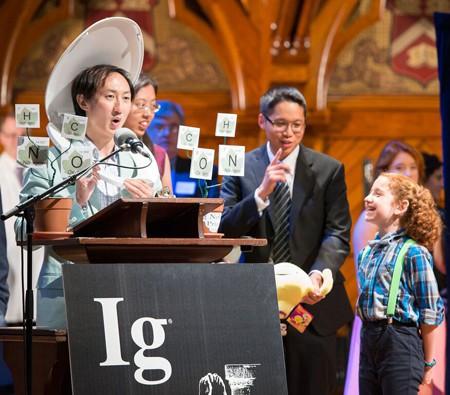 Στιγμιότυπο από την απονομή του βραβείου Ig Nobel φυσικής 2015