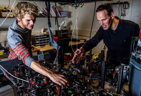 Οι ερευνητές Bas Hensen (αριστερά) και Ronald Hanson δείχνουν την πειραματική τους διάταξη