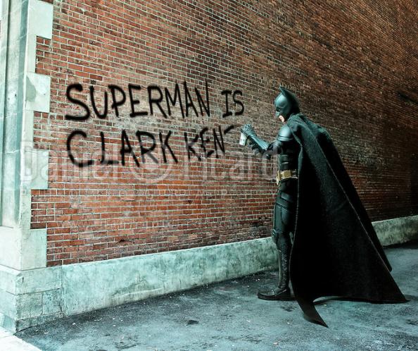 O Μπάτμαν «καρφώει» την πραγματική ταυτότητα του Σούπερμαν πάνω σε έναν τοίχο.
