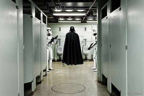 Ο Νταρθ Βέιντερ στην τουαλέτα