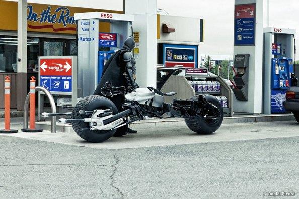 O Μπάτμαν βάζει βενζίνη στη μηχανή του