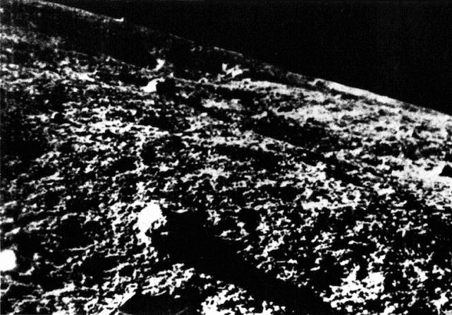 Η πρώτη εικόνα από την επιφάνεια της Σελήνης από το Luna 9 στις 3 Φεβρουαρίου 1966.