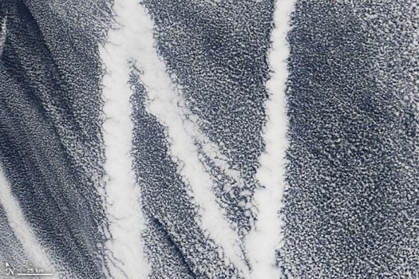 Ν: ίχνη πλοίου στον Ειρηνικό. Οι εκπομπές των πλοίων περιέχουν μικρά σωματίδια που σχηματίζουν σύννεφα
