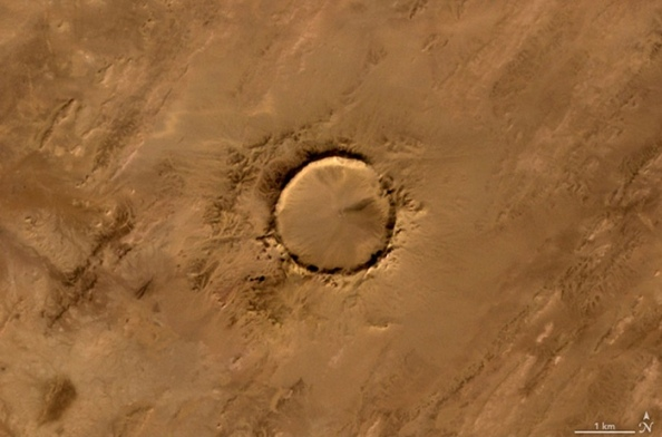 O: O κρατήρας Tenoumer στη Μαυριτανία. Σχηματίστηκε από μετεωρίτη που έπεσε στη Γη πριν από 10.000 με 30.000 χρόνια
