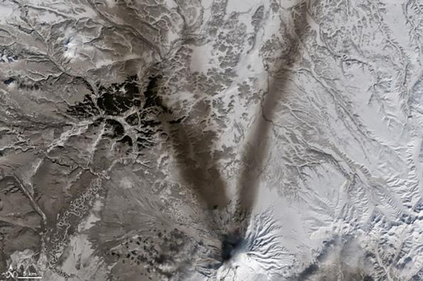 V: χιόνι γύρω από το ηφαίστειο Shiveluch στη χερσόνησο Kamchatka, Ρωσία