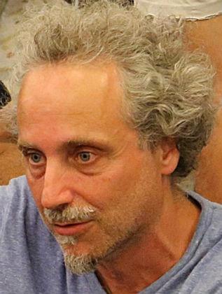 Ο Θεοχάρης Αποστολάτος είναι αναπληρωτής καθηγητής στο Τμήμα Φυσικής του ΕΚΠΑ. Γεννήθηκε στην Αθήνα το 1966. Φοίτησε στο Τμήμα Φυσικής του ΕΚΠΑ την περίοδο 1984-1988. Πραγματοποίησε μεταπτυχιακές σπουδές στο Τεχνολογικό Ινστιτούτο της Καλιφόρνιας (Caltech) την περίοδο 1989-1994, οπότε και εκπόνησε τη διαδακτορική του διατριβή υπό την επίβλεψη του καθηγητή Kip Thorne, πρωτοπόρου ερευνητή των βαρυτικών κυμάτων. Συνέχισε τις μεταδιδακτορικές του μελέτες στη Γερμανία στο Max Planck Institute της Ιένας και από το 1998 εργάζεται εκπαιδευτικά και ερευνητικά στο Τμήμα Φυσικής του ΕΚΠΑ.