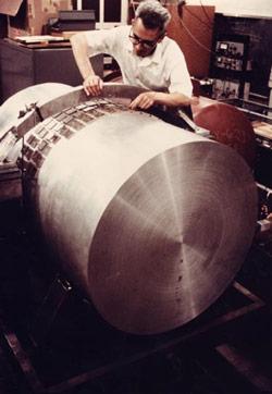 O Joseph Weber τοποθετεί τους πιεζοηλεκτρικούς κρυστάλλους σε κύλινδρο αλουμινίου. Τα βαρυτικά κύματα θα πρέπει να αναγκάζουν τη ράβδο να δονείται κατά μήκος του α΄ξονά της, οι δονήσεις παραμορφώνουν τους κρυστάλλους δημιουργώντας μεταβαλλόμενες ηλεκτρικές τάσεις, και οι οποίες θα μπορούσαν να μετρηθούν.