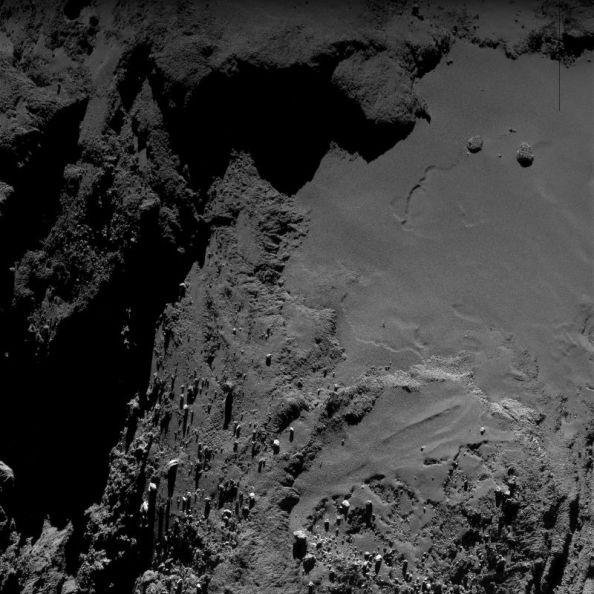 Φωτογραφία της επιφάνειας τουκομήτη 67P/Churyumov-Gerasimenko που λήφθηκε στις 21 Μαΐου 2016, όταν το διαστημικό σκάφος Rosetta απείχε περίπου 7.5km από τον κομήτη