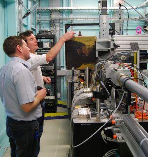 Oι David Patterson and Daryl Howard κάνουν τον τελικό έλεγχο του πειράματός τους (Photo: NGV/Australian Synchrotron)