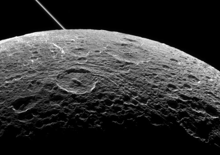 Μια άποψη του δορυφόρου του Κρόνου, Διόνη, που λήφθηκε από διαστημικό σκάφος της NASA/ESA/ASI, Cassini, κατά την διάρκεια ενός κοντινού περάσματος από τον δορυφόρο στις 16 Ιουνίου 2015. Η διαγώνιος γραμμή πάνω αριστερά είναι οι δακτύλιοι του Κρόνου (Image credit: NASA/JPL-Caltech/Space Science Institute)