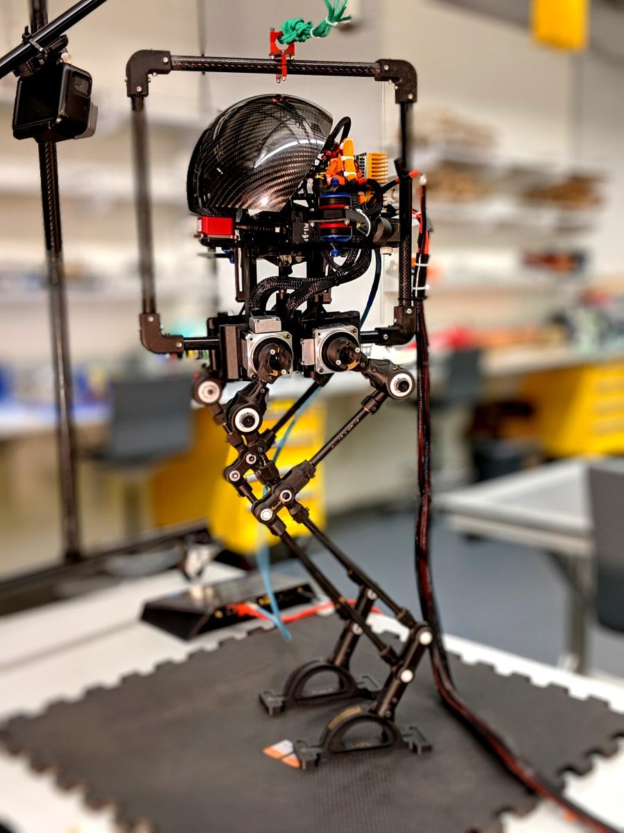 Ένα ρομπότ που μπορεί να περπατάει και να πετάει